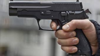 Die beiden Männer bedrohten die Bankangestellten mit einer Pistole (Symbolbild).