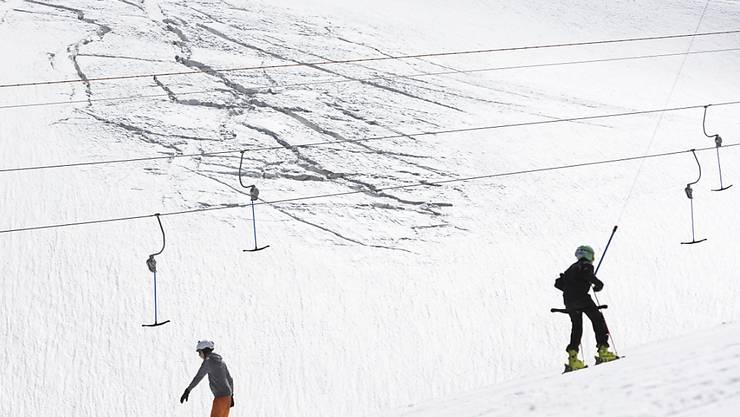 Auf über 3400 Metern lädt der Theodul-Gletscher in Zermatt VS auch mitten im Sommer zum Skifahren und Snowboarden ein. Auch die Sommerskisportdestination Saas Fee berichtet über regen Zulauf. (Archivbild)