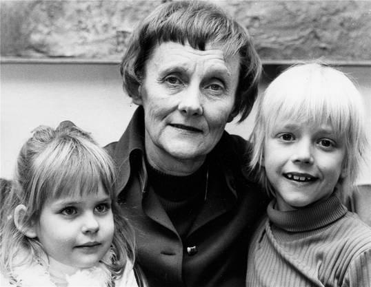 Astrid Lindgren mit den Darstellern des Kinderfilms Michel von Lönneberga. Auf schwedisch heisst Michel Emil.