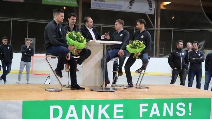 Chris Bagnoud, Tim Bucher, Cédric Schneuwly und Matthias Mischler sprechen mit Stadionspeaker Mige Stalder über ihren Rücktritt