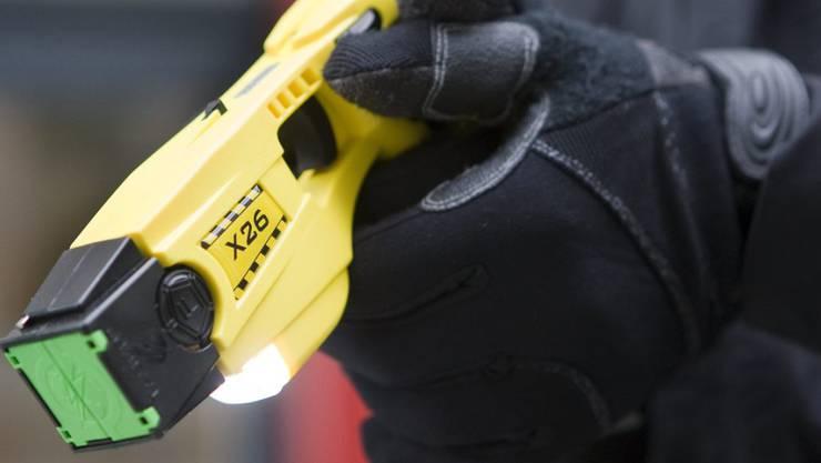 Bei Ausschaffungen kamen laut Angaben der Basler Polizei keine Taser zum Einsatz. (Symbolbild)