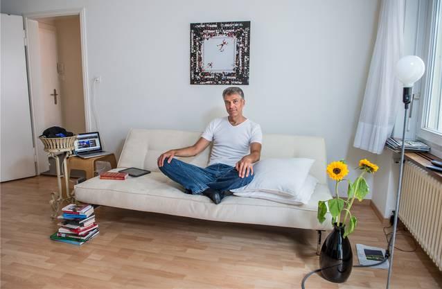 Sandro Brotz privat in seinem Wohnzimmer.