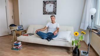 Die Wohnung als eine Art «logistische Basis»: TV-Moderator Sandro Brotz in seinem Wohnzimmer