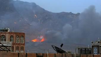 Bilder wie hier beim Beschuss eines Waffendepots in Sanaa soll es ab Freitag nicht mehr geben. Dann soll eine humanitäre Feuerpause im Jemen gelten. (Archiv)