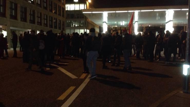 Die Demonstranten skandieren Parolen gegen die türkische Regierung.