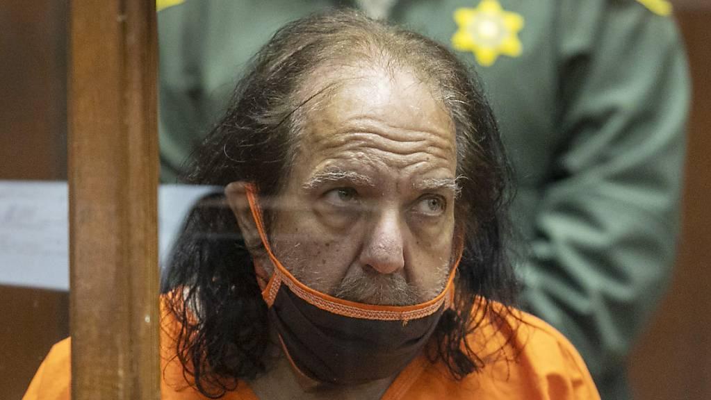Die Staatsanwaltschaft hat ihre Ermittlungen gegen den Porno-Darsteller Ron Jeremy wegen Vergewaltigung mehrerer Frauen ausgeweitet. (Archivbild)
