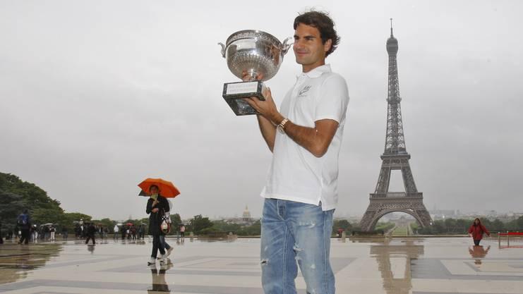 Der erste Titel bei Roland Garros 2009: Federer posiert vor dem Eiffelturm.