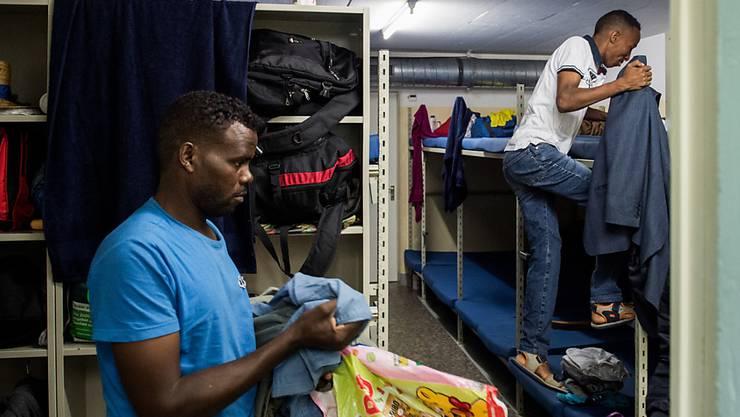 Asylbewerber müssen im Aargau bald mit weniger Geld zurecht kommen. (Archivbild)