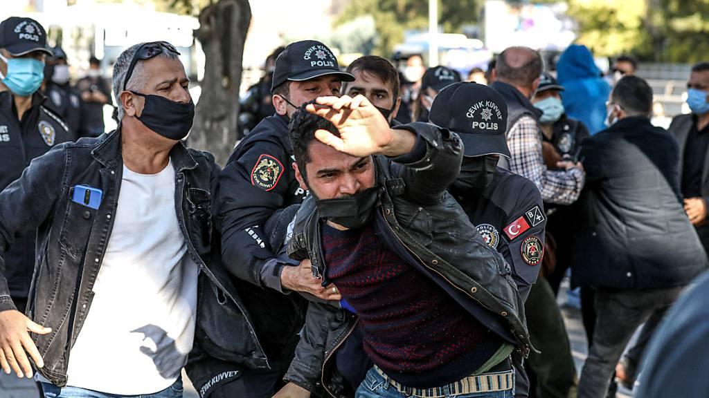 Ein Demonstrant wird festgenommen, weil er sich einem Polizisten bei einer Gedenkfeier für die Opfer eines schweren Terroranschlags vor sechs Jahren in Ankara widersetzt hat. Die türkische Polizei ist gegen Teilnehmer der Gedenkveranstaltung vorgegangen. Foto: Tunahan Turhan/SOPA Images via ZUMA Press Wire/dpa