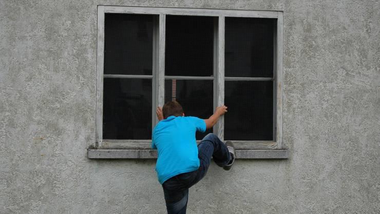 Im August 2016 stieg der 23-Jährige aus der Region über das Toilettenfenster in die Volg-Filiale in Windisch ein. (Symbolbild)
