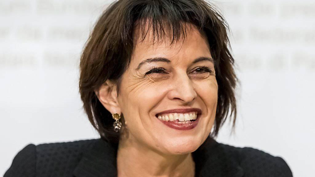 """Energieministerin Doris Leuthard nahm am Sonntag gut gelaunt Stellung zum Abstimmungsresultat: Die Stimmberechtigten wollten keine """"übereilte Abschaltung"""" der Atomkraftwerke, so die Bundesrätin."""
