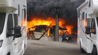 Mehrere Wohnmobile stehen in Flammen.