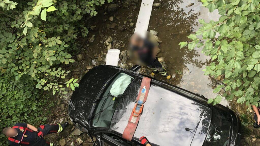 Das Auto des Junglenkers landete im Bach und verursachte dort eine Ölverschmutzung.