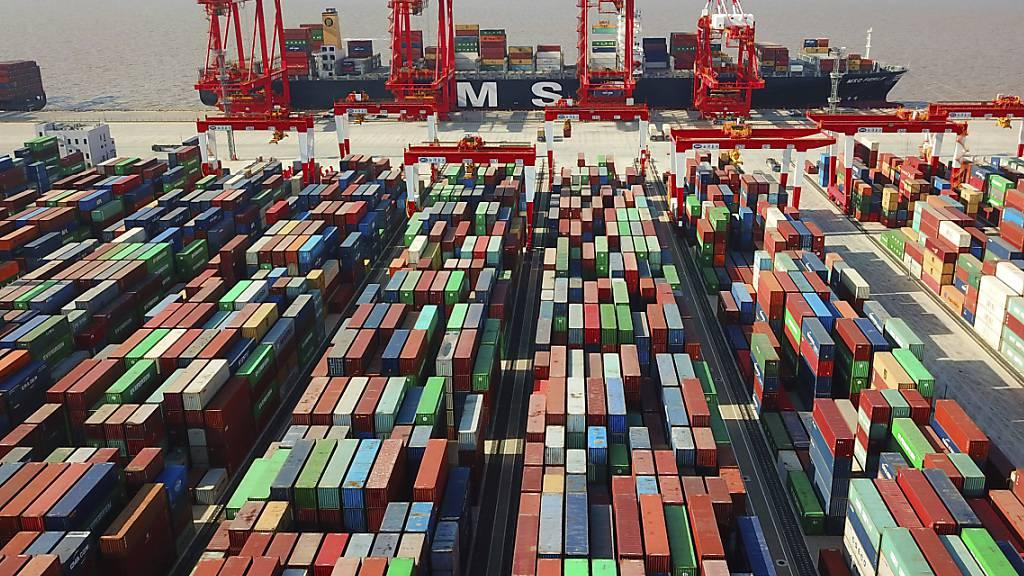 Mehreren chinesischen Häfen droht eine Überlastung. Grund ist der Stau vor dem zweitgrösstem Hafen Ningbo. Der Stau könnte grössere Folgen haben als die Blockade des Suezkanals. (Archivbild)