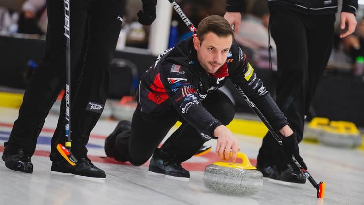 Der Lead Marcel Käufeler spielt den ersten Stein.