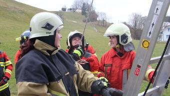 Wer geht die Leiter hoch? Feuerwehr-Schülerinnen in Schlossrued.