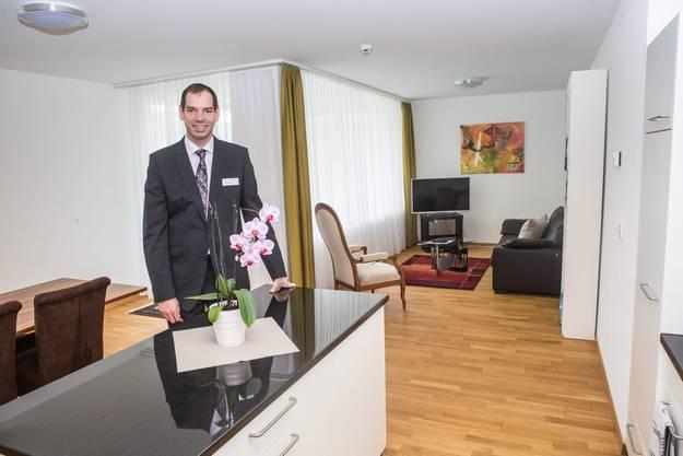 Direktor Roland Eckert zeigt eine der Business-Wohnungen