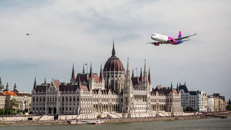 Flug über Budapest: Wizz Air, mit einem Jahresumsatz von 1,9 Milliarden Euro, will 6000 neue Stellen schaffen.