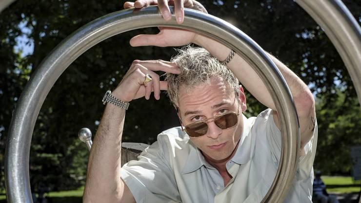 Er selbst – Sam Koechlin posiert etwas widerwillig mit Sonnenbrille in der Sommerhitze.
