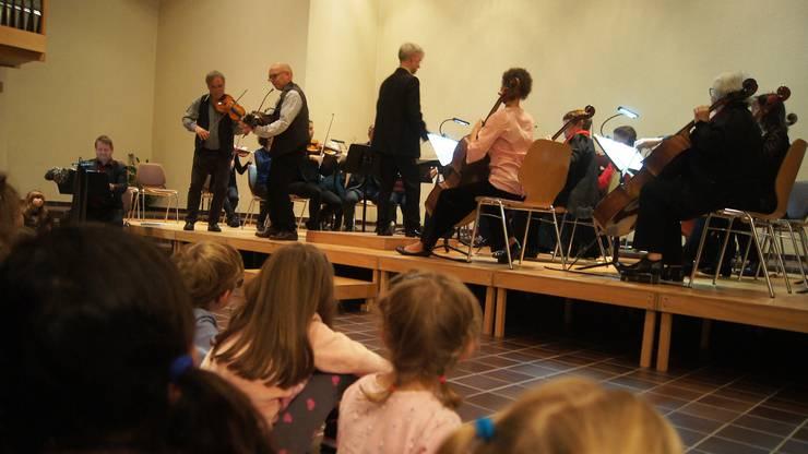 Gespannt lauschen die Kinder der Musik aus dem Ur-Schweden-Dorf