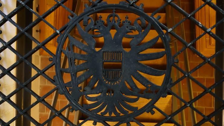 Der eiserne Doppeladler: Auf dem Gitter über der Habsburgergruft.