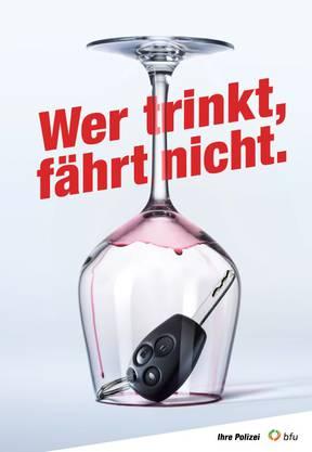 Wer trinkt, fährt nicht Unter Alkoholeinfluss steigt die Risikobereitschaft, gleichzeitig beeinträchtigt schon eine kleine Menge Alkohol die Konzentrations- und Reaktionsfähigkeit. Daher gilt zur eigenen Sicherheit: Wer fährt, trinkt nicht – wer trinkt, fährt nicht.