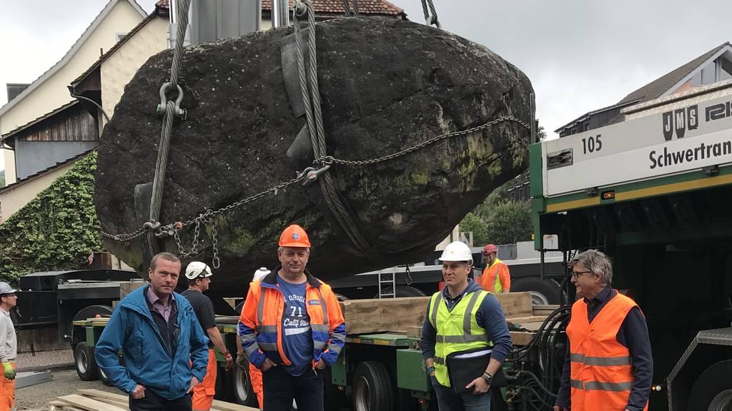 Der fast 120 Tonnen schwere Findling reist zum Schloss Hallwyl