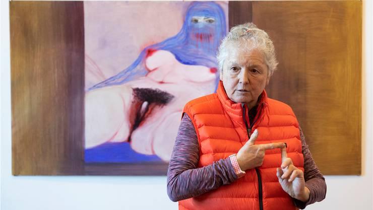 Miriam Cahn vor ihrer Version von Gustave Courbets «L'origine du monde». «L'origine du monde schaut zurück», nennt sie es, und sie betont, dass anders als bei Courbet die Frau auch eine Klitoris habe: «Das Lustzentrum der Frau sollte man zeigen wie das des Mannes.» Peter Klaunzer/Keystone