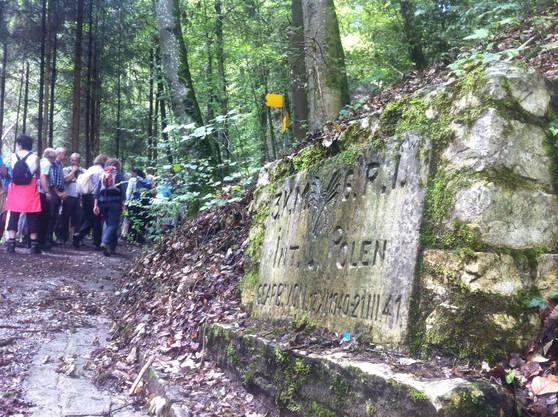 Einer der beiden Limmattaler Polenwege: Heute erinnert eine Steinplatte an die Erbauer des Weges zum Egelsee.