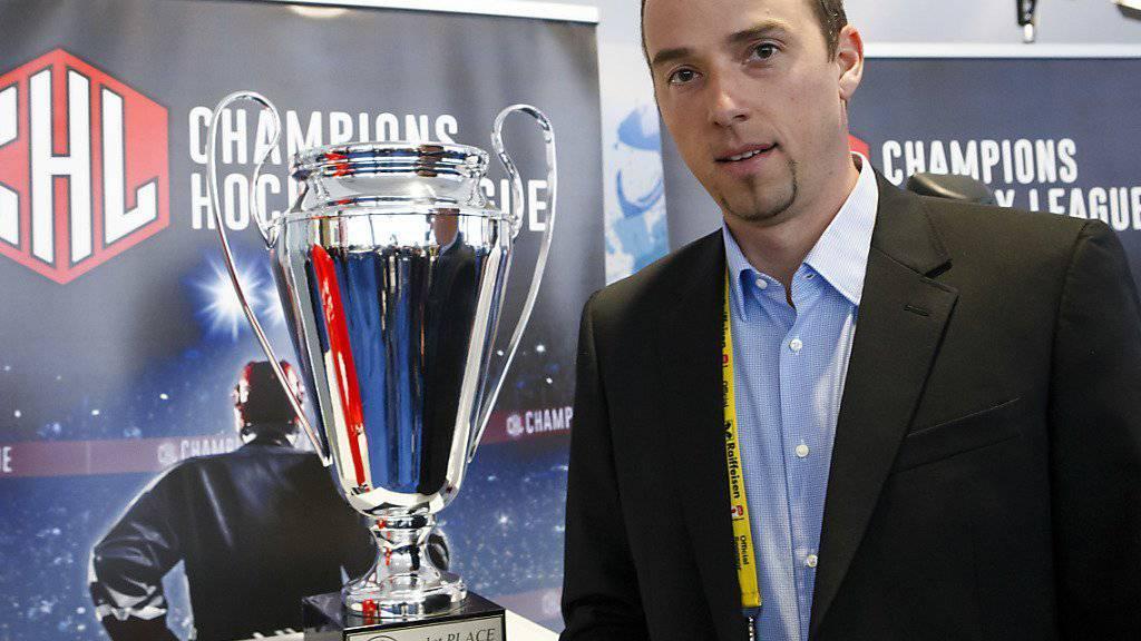 Patrick Lengwiler, hier neben dem Pokal der Champions Hockey League, plant, den EV Zug breiter aufzustellen