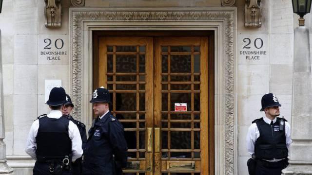 Polizisten bewachen die Klinik, in der Prinz Philip liegt