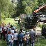 Rund 100 Personen aus der Regionen nahmen am Waldumfang im Suhret-Wald teil.