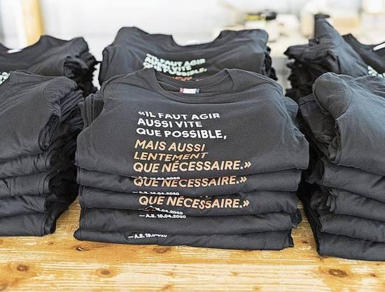 «Il faut agir aussi vite que possible»: T-Shirts mit Berset-Mantra.