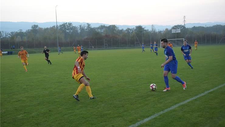 Oetwil-Geroldswil (in Blau) versuchte immer wieder, über die Seiten anzugreifen, verpasste aber gegen Wollerau den Sprung an die Tabellenspitze.