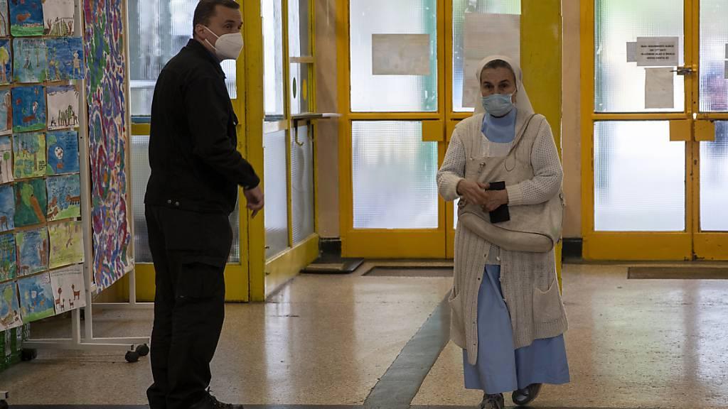 Eine katholische Nonne kommt in ein Wahllokal. In 20 Gespanschaften, der Hauptstadt Zagreb sowie weiteren 555 Städten und Gemeinden werden neue Vertretungskörperschaften gewählt. Foto: Darko Bandic/AP/dpa