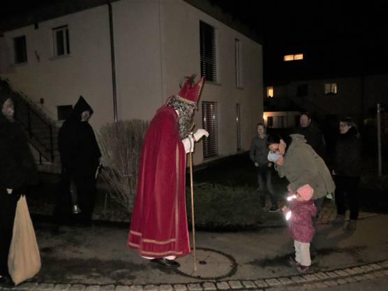St. Nikolaus erfreut die Kinder im Quartier