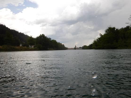 IBA-Kraftwerk aus dem Wasser von oberhalb im Regen