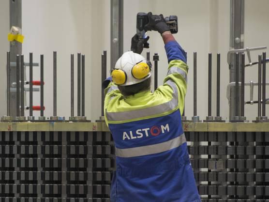 Ein Schweizer Alstom-Angestellter bei der Arbeit: Mit der Übernahme durch General Electric fürchteten sich viele Mitarbeiter um ihre Stelle. Zurecht, wie sie feststellen sollten. nd 1300 Jobs streichen.