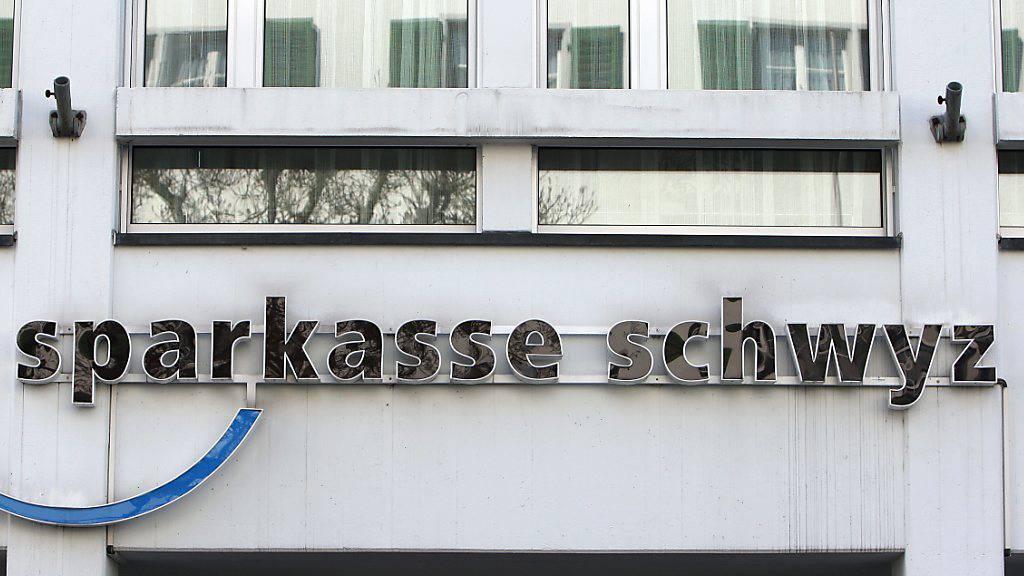 Die Sparkasse Schwyz prüft für ihren Hauptsitz an der Herrengasse Neuerungen. (Archivbild)