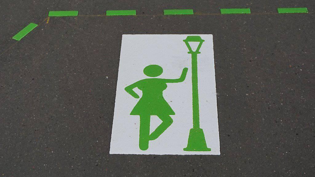 Im Kleinbasel zeigen Markierungen auf dem Trottoir an, wo die Prostituierten stehen dürfen (Handout Kantonspolizei Basel-Stadt)