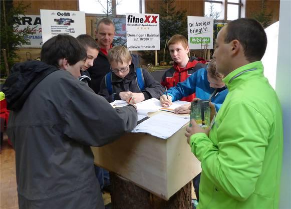 Der Wald ist ein interessantes Thema: Ramon Schindelholz (rechts) von Forst Thal beantwortet geduldig Fragen der Schüler über den Beruf eines Forstwarts. Peter Wetzel