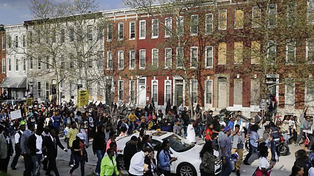 Demonstranten marschieren zu einer Polizeistation in Baltimore