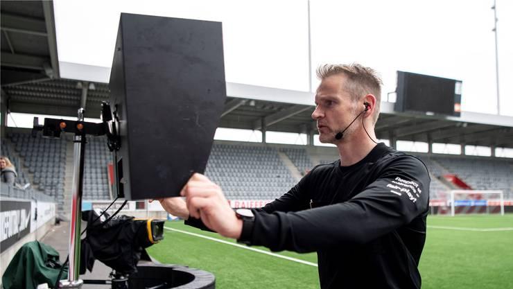 Der Schiedsrichter – im Bild Alain Bieri – hat die Möglichkeit, sich die Szene am Spielfeldrand noch einmal anzuschauen.