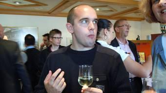 """Der 1985 in Goldach/St. Gallen geborene Poetry-Slammer Renato Kaiser bei der Eröffnung der 28. Brugger Literaturtage im """"Roten Haus"""". Rechts hinten ist Vizeammann Martin Wehrli."""