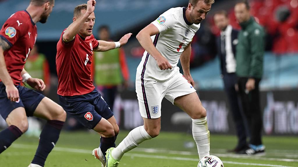 Englands Stürmer Harry Kane (rechts) setzt sich hier gegen die Tschechen Ondrej Celustka (links) und Vladimir Coufal durch