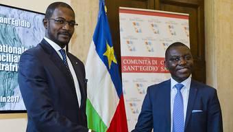 Der zentralafrikanische Aussenminister Charles Armel Doubane (rechts) nach der Unterzeichnung des Friedensabkommen in Rom mit Milizenführer Armel Mingatoloum Sayo.