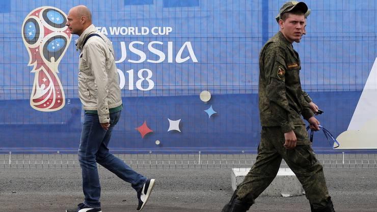 Russische Soldaten patrouillieren vor dem Stadion in Jekaterinburg.