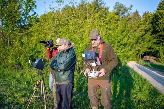 Die Drohne ist mit einer Wärmebildkamera ausgestattet. Deren Aufnahmen werden sowohl auf dem Display auf dem Stativ (Mitte-links) als auch auf dem Display, das Peter Wyss um den Hals trägt, angezeigt.