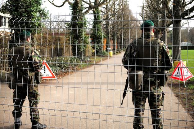 Das Gebiet ist mit Hag und Wachen gesichert.