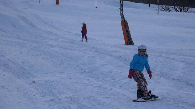 Anfang Februar 2015: Flachland-Wintersport: Der Skilift Föhrlimatt lockt Skifahrer und Snowboarder aus der Region in den Schnee.